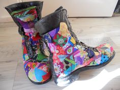 I have covered my army boots in patchwork style fabrics.I am sooooooooo pleased they turned out this good :) All I need to do now is. Shoe Refashion, Diy Craft Projects, Crafts, Crazy Shoes, Fabric Art, Cheap Clothes, Fabric Scraps, Sock Shoes, Bunt