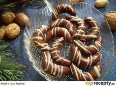 Punčové rohlíčky Na punčovou hmot 200 g piškotů 200 g moučkového cukru 100 g másla 100 g ztuženého tuku (omega) 4 lžíce kakaa 4 lžíce rumu (i více) nakrájené kandované ovoce třeba i rozinky v rumu pomleté oříšky +základní linecké těsto na podkládky Czech Desserts, Cookie Desserts, Galletas Cookies, Xmas Cookies, Christmas Sweets, Christmas Baking, Czech Recipes, Wonderful Recipe, Biscuit Recipe