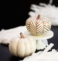 Hauntingly Genius Pumpkin Decorating Ideas to Try This Halloween Diy Fall Crafts diy gold pumpkin fall craft Mini Pumpkins, Painted Pumpkins, Fall Pumpkins, Halloween Pumpkins, Fall Halloween, Halloween Crafts, Halloween Party, Halloween 2018, Halloween Design