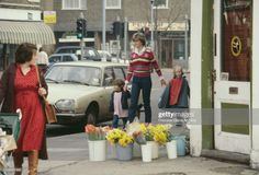 Lady Diana Spencer holding hands with some of her pupils of the Young England kindergarten Pimlico London January 1981 Princess Diana Fashion, Princess Diana Pictures, Prince And Princess, Princess Of Wales, Princess Diana Memorial Fountain, Wedding People, Lady Diana Spencer, Queen, Couples In Love