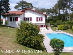 Exclusivité, Anglet, Chiberta, proche Biarritz, maison à vendre avec piscine sur rare et grand terrain constructible. Situation exceptionnelle sur la Côte Basque, parfaitement au calme à quelques pas des commerces des cinq cantons, des plages et du Golf de Chiberta. Maison des années 1940 d'environ 120 m² entourée d'un très beau terrain de plus de 2000 m² rare à la vente à Chiberta. Trés bel environnement.
