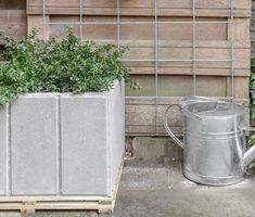Bloembak van betontegels