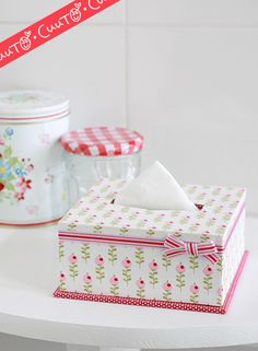 I wish this tissue box cover was in English. It is so cute but maybe you could come up with how to do it just by looking at the picture Plastic Canvas Tissue Boxes, Plastic Canvas Crafts, Plastic Canvas Patterns, Tissue Box Holder, Tissue Box Covers, Diy And Crafts, Paper Crafts, Kids Crafts, Kleenex Box