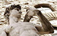 Florence, Toscane, Italie; wandel door de stad en bewonder de talloze beeldhouwwerken. Waaronder de wereldberoemde David, uitgevoerd in Italiaans wit marmer. TIP: Een schat aan beelden treft u in het Bargello museum.