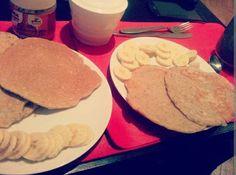 Pancakes de avena y semillas, bananas y nutella. Excelente.