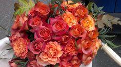 La cosa che più ci diverte è comporre i mazzi di fiori. Ci piace mescolare i fiori prestando attenzione alla loro stagionalità per risaltarne la bellezza. I nostri mazzi sono sempre confezionati con semplice carta, non vengono  infatti  utilizzati altri materiali come reti o plastiche non confacenti con il nostro stile. Un mazzo è sempre una gioia per chi lo riceve, adatto in ogni occasione compleanni, battesimi, nascite e lauree.