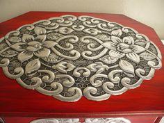 Detalle de joyero revestido con repujado en aluminio, para el Taller de Mary, Chorrillos, Perú.