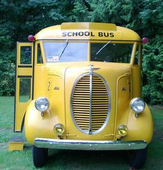 Love this antique school bus. A 1940 Gillig school bus on a Ford chassis - Monson-Sultana School District, SE of Fresno, CA.