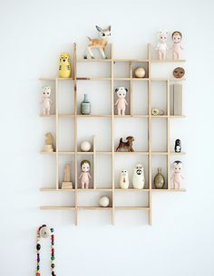 Here are some playful and practical shelf ideas for a kids room. If you like a little project, many of these shelves can easily be recreated at home. And they will provide lots of inspiration, perhaps to create your own unique version. Sonny Angel, Deco Kids, Wall Decor, Room Decor, Nursery Decor, Diy Wall, Wall Art, Home And Deco, Kid Spaces