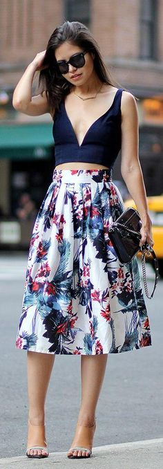 Summer Look 2015 - Navy Crop Top and Prind Midi Skirt. Love the outfit hate the shoes! Lady Like, Street Style Inspiration, Mode Inspiration, Street Style Outfits, Mode Outfits, Skirt Outfits, Trendy Outfits, Look Fashion, Skirt Fashion