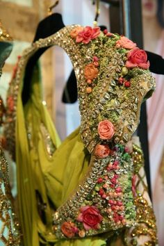 The Frilly Flamingo: What's trending in Bridal Fashion at Vogue Wedding 2014 Bridal Blouse Designs, Saree Blouse Designs, Blouse Styles, Sari Blouse, Choli Designs, Lehenga Designs, Blouse Patterns, Indian Wedding Outfits, Indian Outfits