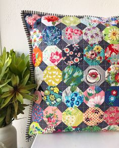 Polštáře 2019 Polštáře The post Polštáře 2019 appeared first on Quilt Decor. Small Quilts, Mini Quilts, Baby Quilts, Quilting Projects, Quilting Designs, Sewing Projects, Snowball Quilts, Hexagon Quilt, Hexagon Patchwork