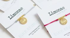 Pulsera con medalla HAPPY y personalizada Pulsera con cordón elástico rosa o gris con medalla HAPPY o SMILE. En el reverso de la medalla podemos grabar el nombre, la fecha o la inicial que quieras