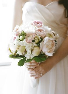 Pretty and romantic ivory bouquet - photo by Karen Hill Photography