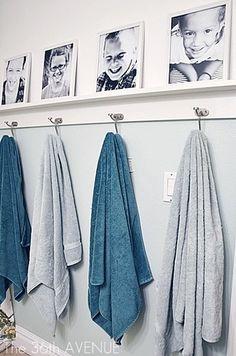毎日使うタオルは畳んで置くのもいいけれど、 家族の写真を並べてそれぞれのタオルをかけておくのも◎  ただタオルをかけているだけでは生活感が出てしまいますが きちんと並べられた写真やタオルの色など、選ぶものに統一感があれば生活感は一気になくなります。