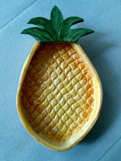 Pote para petiscos Pasta Piedra, Ceramics Projects, Pottery Ideas, Clay Creations, Sharpie, Projects For Kids, Ceramic Art, Pineapple, Tableware