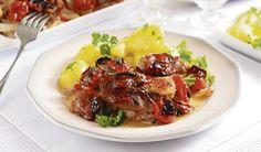 Zapečené so slaninkou 400 g bravčového mäsa hladká múka 2 cibule 1 červená paprika 50 g plátkov prerastenej slaniny 6 strúčikov cesnaku 50 g cherry paradajok olej soľ mleté čierne korenie celá rasca grilovacie korenie mäsový vývar varené zemiaky Mäso nakrájame, osolíme a okoreníme, obalíme v hl. múke  s grilovacím korením a prudko opečieme, hrozložíme do zapekacej misy