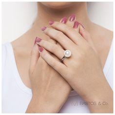 Sabe aquele anel Coringa que combina com tudo? O Bubble MBastos & CO é assim: você pode usar 2 ao mesmo tempo para dar um up no visual, ou simplesmente 1. Aro de prata 925 com banho de ródio e pérola de 12 ou 14mm. #ficaadica