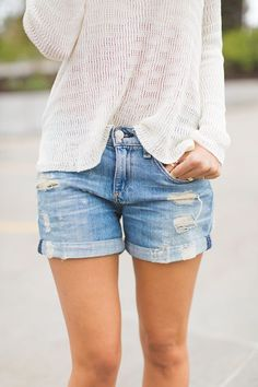 Love this style. Cute shorts and love the light sweater!Hot and then cold? Try pairing a light knit sweater with your cool denim shorts for a laid back weekend vibe. Look Fashion, Womens Fashion, Fashion Trends, Paris Fashion, Fashion Inspiration, Pullover Mode, Look 2015, Look Short, Denim Look