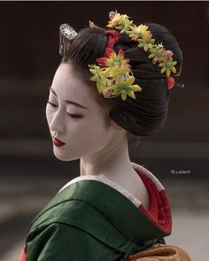 Geisha Makeup, Geisha Art, Turning Japanese, Japanese Characters, Japanese Hairstyle, Japan Photo, Kaiser, Girl Dancing, Hair Ornaments