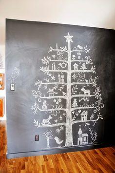 Christmas Decor | Gli alberi di Natale in versione creativa: un idea originale creata disegnando con i gessi l'albero su una parete in pietra lavagna