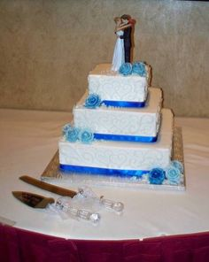 Interlocking Hearts in Horizon Blue!  Buttercream with hand-piped two-toned variegated roses