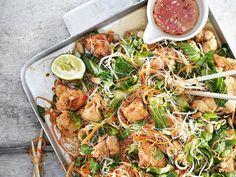Ljummen nudelsallad med friterad kyckling | Recept från Köket.se Wok, Japchae, Sprouts, Shrimp, Meat, Vegetables, Ethnic Recipes, Desserts, Creative