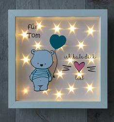 Ihr erwerbt hier einen tollen, individuell gestalteten Bilderrahmen mit einem Bären, Namen und Beleuchtung im Hintergrund. Eine tolle Geschenkidee zur Geburt oder Taufe, auch hervorragend geeignet als Nachtlicht. Der weiße Rahmen hat eine Größe von ca. 25cm x 25cm und wurde mit
