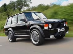 A classic Range Rover given much more than a simple restoration, this transformation gives this exclusive Land Rover a new lease of life Range Rover Sport, Range Rover Noir, Range Rover 2017, Range Rover Black, Range Rover Evoque, Defender Suv, Land Rover Defender, Range Rover Classic, Land Rovers