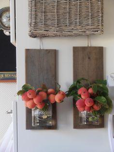 steigerhouten plankjes met glazen potjes om diverse leuke dingen in te doen.