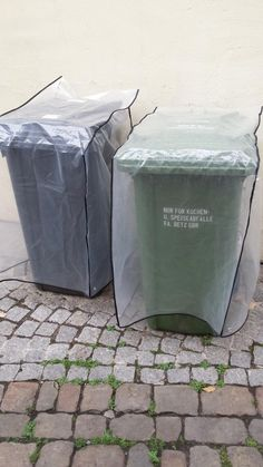 Als jemand seine Mülltonnen vor Regen schützte.