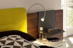applique murale liseuse design flexible en métal fixée à la tête de lit en bois avec étagère