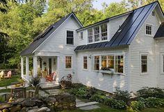 Csodálatos béke és nyugalom, otthonosság, kert, könyvek, régi tárgyak és a középpontban egy szép konyha