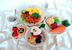 A máme navařeno ( sada do kuchyňky) Sada jídla z plsti a flízu ( fleece) do dětské kuchyňky, obchůdku, restaurace apod. Doplněk k nejrůznějším tvořivým hrám. Sada obsahuje: 1 koláček, 2 jahody, 2 sušenky, řízek s bramborem a míchaným salátem, jablko, obložený chléb, mrkev. Jídlo je vybráno tak, aby malé kuchařinky mohly pro své strávníky sestavit snídani, ...