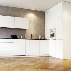 Minimalistyczna kuchnia w Domu Pokazowym. #warzelnia #poznań #interiordesign #design #kitchen  #minimalist #white #piękne #wnętrza #mebeldesigne #dompokazowy #apartments #archilovers #podłoga #jodła #francuska