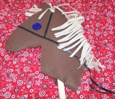 Stick horses for party favors, cowboy / cowgirl birthday party. Wild West Theme, Wild West Party, Cowboy Crafts, Western Crafts, Cowboy Theme, Cowboy And Cowgirl, Western Theme, Cowboy Horse, Cowboy Birthday Party