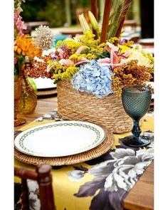 Flores e cores na mesa posta. #colors #decoração by revistadecor