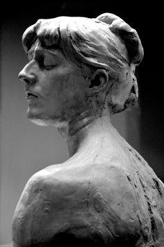 Jeune Femme aux yeux clos (vers 1885) par Camille CLAUDEL (1864-1943). Terre Cuite. Musée Sainte-Croix à Poitiers. Photo : Hervé Leyrit