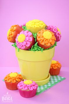I wanna learn how to make these cupcakes Mothers Day Cupcake Bouquet Flowers Cupcakes, Daisy Cupcakes, Love Cupcakes, Cupcake Cookies, Cupcake Flower, Cupcake Bouquets, Spring Cupcakes, Cupcake Art, Cake Toppers