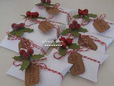 pillowboxes - I like the tag options Christmas Favors, Felt Christmas Decorations, 3d Christmas, Stampin Up Christmas, Christmas Pillow, Christmas Wrapping, Xmas, Christmas Scrapbook, Pillow Box