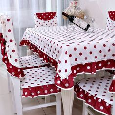 Red Table Decorations, Decoration Table, Table Linens, Table And Chairs, Table Orange, Bed Cover Design, Shabby Chic Pillows, Bedroom Bed Design, White Throw Pillows