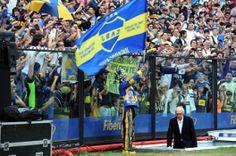 Carlos Bianchi, el entrenador más ganador en la historia de Boca Juniors, ingresa al campo de juego de la Bombonera (Foto Télam)