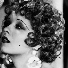 Clara Bow Women in the be like I just woke up like this Golden Age Of Hollywood, Vintage Hollywood, Hollywood Stars, Hollywood Glamour, Vintage Beauty, Mode Inspiration, Makeup Inspiration, Belle Epoque, Maquillage Goth