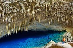 Gruta del Lago Azul, Mato Grosso del Sur (Brasil).   La Gruta del Lago Azul, situada en cercanías de Bonito, en el estado de Mato Grosso del Sur, es una cueva cubierta por las aguas de un lago. La particularidad del lugar son sus tonalidades y el paisaje que parece mágico. Para muchos, es una de las cavernas más bellas del mundo.