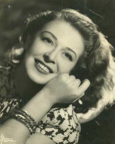 Malú Gatica es una de las actrices más reconocida a nivel mundial. Admirada por Orson Welles, siguió sus consejos de dejar el cine en México e iniciar una carrera en Estados Unidos. Fue en el Hollywood de los 50 donde se destacó como cantante y actriz de cintas de la época. De regreso en Chile, brilló por su talento en cintas como Sábado Negro y El Gran Circo Chamorro, en los siguientes años se dedicó a la televisión y el teatro. Cine Chileno.
