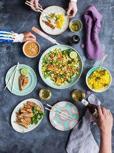 Asiatisk inspireret salat med mango. Hertil kylling og jordnøddesauce
