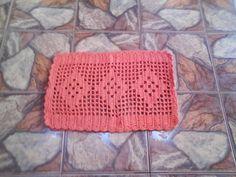 Feito á mão , utilizando barbante colorido de alta qualidade. Pode-se usá-lo de várias maneiras até em mesas.