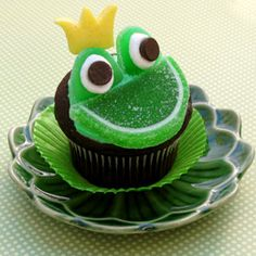 Frog cupcakes! Just use green jelly fruit slices for the mouth, and green gumdrop candy (cut in half), mini marshmallows, and chocolate chips for the eyes. CUTE!!