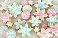 It's almost winter time, so let's take a look at some winter cookie ideas. Here's a collection of astonishing snowflake cookies, made by people from around the world. Christmas Treats, Christmas Baking, Christmas Cookies, Blue Christmas, Beautiful Christmas, Christmas Snowflakes, Christmas Colors, Simple Christmas, Gingerbread Cookies