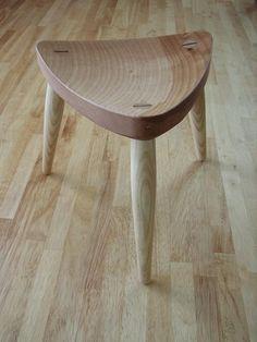 OMソーラーの考案者でもある建築家の奥村昭雄さんの木曽三岳奥村設計所で作っている小さなスツールです。ミルクを搾る時に使われるような椅子をモチーフにデザイン... #WoodenChair